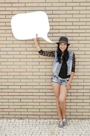 cute teen girl: Красивая и молодая подросток держит мысли воздушный шар, в передней части кирпичной стены