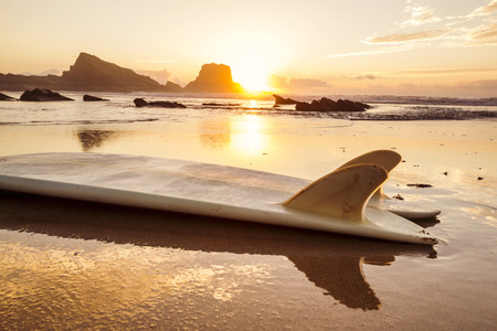 surfboard fin: Silhouette of a surfboard at the beach with reflection Archivio Fotografico