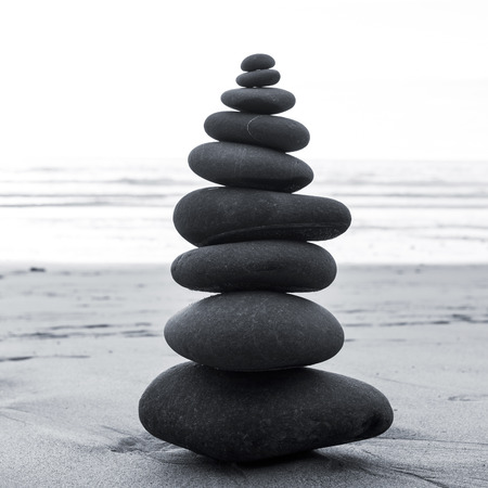 Zen pietre in equilibrio impilano vicino Archivio Fotografico