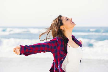 pantalones cortos: Adolescente hermosa y feliz en la playa disfrutando del verano Foto de archivo