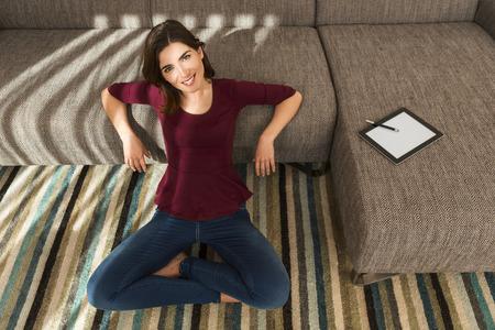 working at home: Hermosa mujer en casa trabajando con una tableta