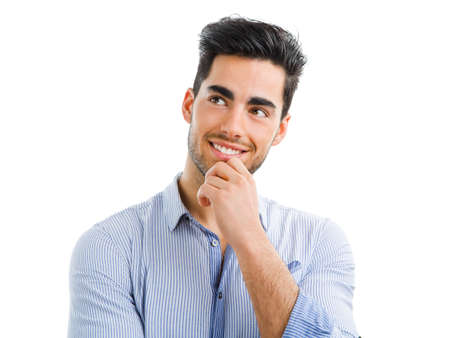 Ritratto di un bel giovane pensando a qualcosa, isolato su sfondo bianco