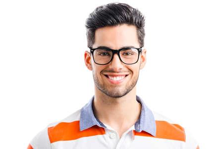 Retrato de hombre joven y guapo feliz aislado en fondo blanco