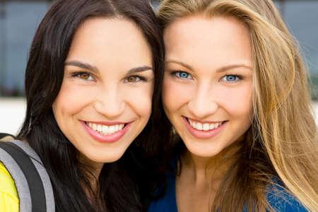 ?  ?    ?  ?    ?  ?    ?  smiling: Retrato de una hermosa dos niñas sonriendo