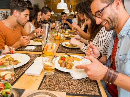 Multikulturelle Gruppe glückliche Freunde lunching und Spaß im Restaurant