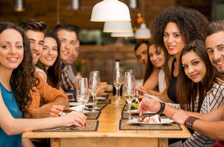 almuerzo: Grupo multi�tnico de amigos felices que almuerzan y divertirse en el restaurante