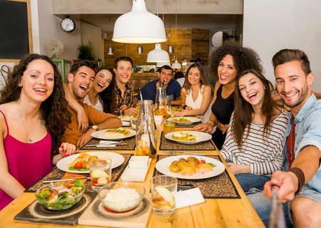 mujeres juntas: Grupo multiétnico de amigos felices almorzar y hacer una selfie