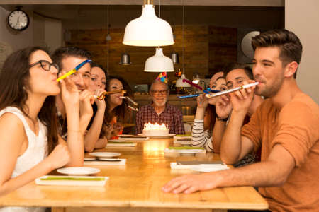 fiesta familiar: Familia grande celebrar el cumpleaños del abuelo