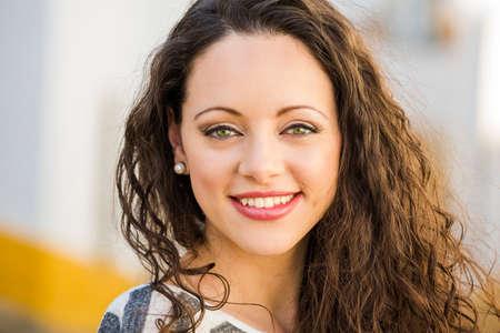 retrato: Retrato al aire libre de una mujer joven hermosa y fresca