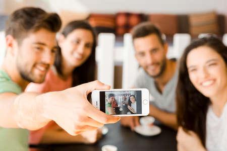 Gruppo di amici al bar facendo una selfie insieme