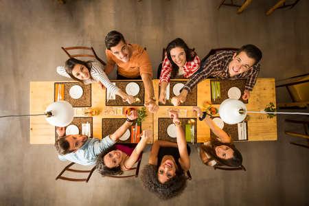 tabulka: Skupina lidí, opékání a hledá šťastný v restauraci