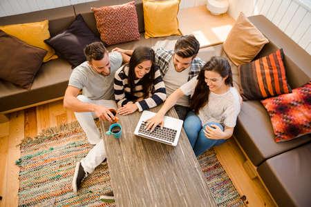study: Skupina přátel studoval na místní kavárně