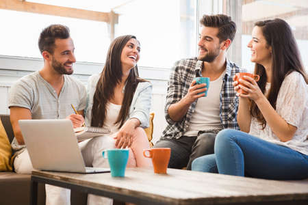 라이프 스타일: 로컬 커피 숍에서 만나 친구의 그룹