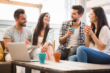 femmes souriantes: Groupe d'amis réunion dans le Coffee Shop locale