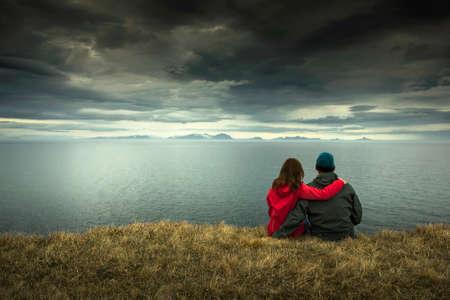 tormenta: Una pareja contemplando el hermoso paisaje