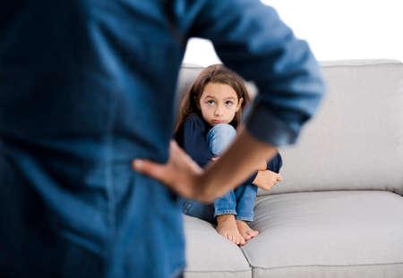 niños malos: Crecido reprender a un niño por su mal comportamiento