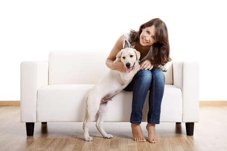 puppy love: Hermosa mujer joven en casa con su perro lindo