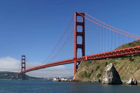 golden gate: Golden Gate Bridge de San Francisco con la famosa niebla de verano en un segundo plano.