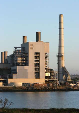 central el�ctrica: Power Plant capturas de la luz antes del amanecer.  Foto de archivo