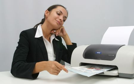 Business vrouw is met afdrukken in functie Stockfoto