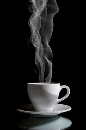 Kopje zwarte koffie op de zwarte achtergrond