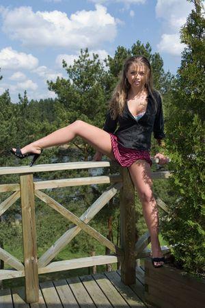 falda corta: Chica en falda corta en los bosques de fondo Foto de archivo