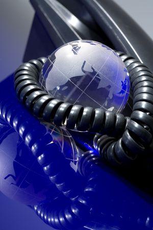 Glazen bol met telefoon. Wereldwijde communicatieconcept.