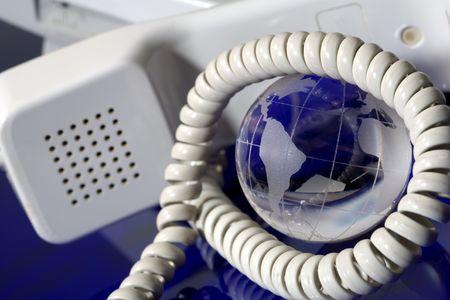 Glazen bol met telefoon. Wereldwijde communicatie concept. Stockfoto
