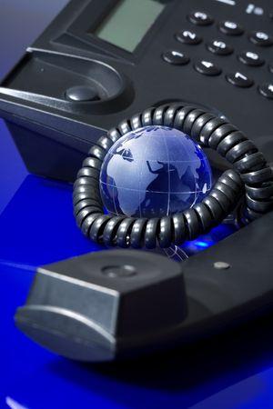 Glazen bol met telefoon. Wereldwijde communicatie concept.