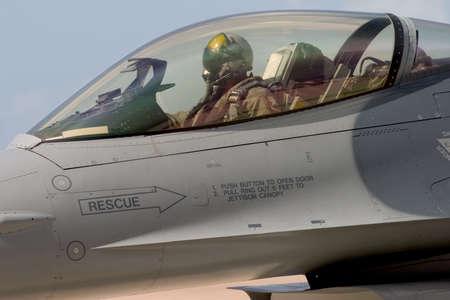 superiority: Un piloto F-16 se prepara para carretear hacia fuera al cauce para el despegue, en la 50.a demostraci�n de aire de Miramar del aniversario, California. Foto de archivo