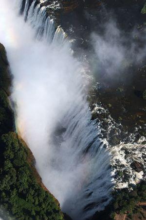 zimbabwe: Victoriawaterfall con el Zambezi, que fluye entre Zambia y Zimbabwe  Foto de archivo