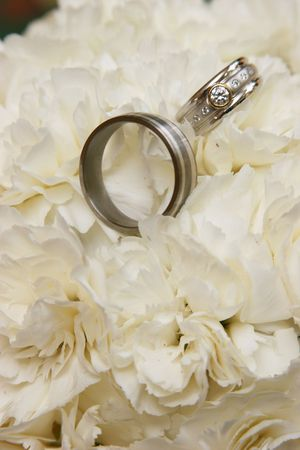 displayed: Two wedding rings beeing displayed Stock Photo