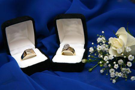 Set of gold wedding rings