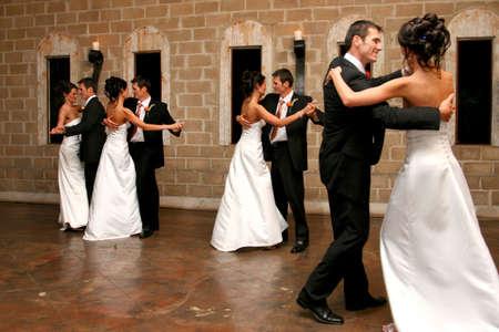 pareja bailando: Un Novio Novia y la apertura de la pista de baile  Foto de archivo