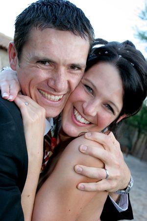 ciascuno: Un sposo e sposa spremitura a vicenda stretti  Archivio Fotografico