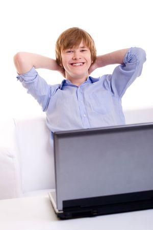 pelirrojas: Sonriendo pelirroja adolescente sentado en el sof� antes el port�til