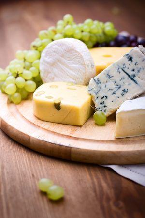 queso blanco: grupo grande de quesos con uvas blancas