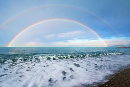 Dubbele regenboog over de prachtige Zwarte Zee Stockfoto