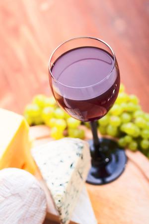 Copa de vino con queso y uvas Foto de archivo - 22972182