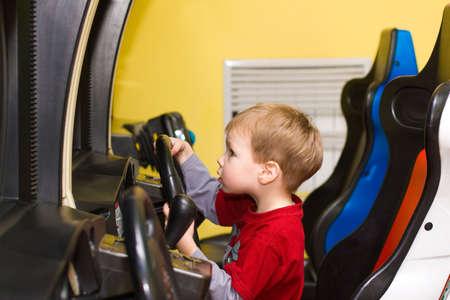 jugando videojuegos: Boy j�venes jugando juegos de video