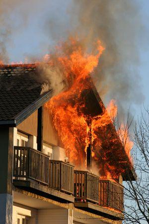 incendio casa: Casa en llamas  Foto de archivo
