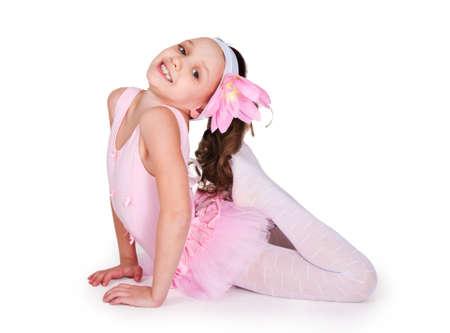 bailarina de ballet: Retrato de cuerpo entero de una ni�as practicando sus patadas de ballet sobre un fondo blanco