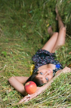 hayloft: La joven se relaja en el pajar