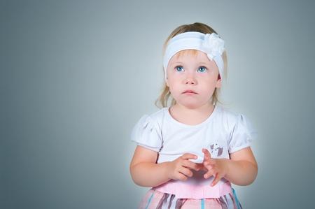 scared child: El ni�o asustado en un fondo gris
