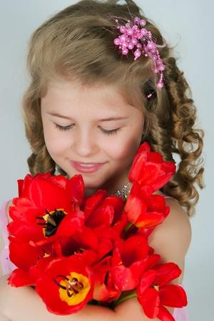 blindly: La imagen de la ni�a con un ramo de tulipanes