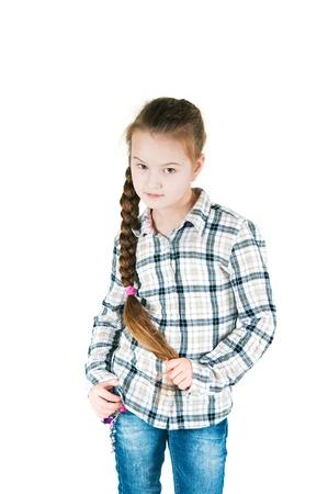 chemise carreaux: L'image de la fille avec une longue tresse dans une chemise � carreaux et jeans Banque d'images