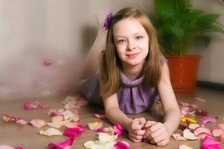 ni�os vistiendose: El imige de chica tendida en el suelo
