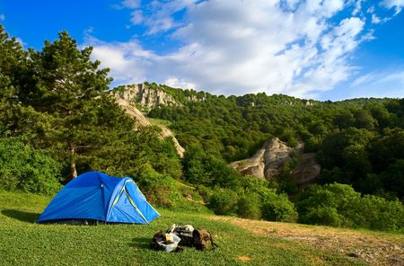 쇠 격자: The Tent over grate forest and mountaine