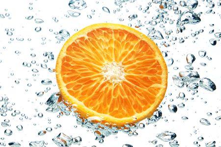dropped: Un fondo de la formaci�n de burbujas en el agua azul despu�s de naranja se ha ca�do en ella.