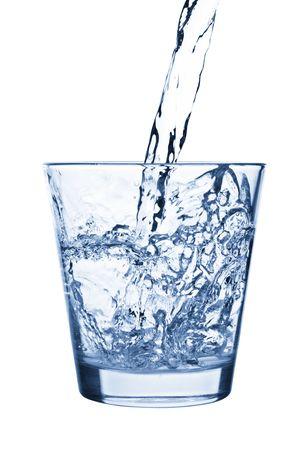 blue toned: Un blu tonica fotografia di acqua essere versato in un bicchiere.  Archivio Fotografico